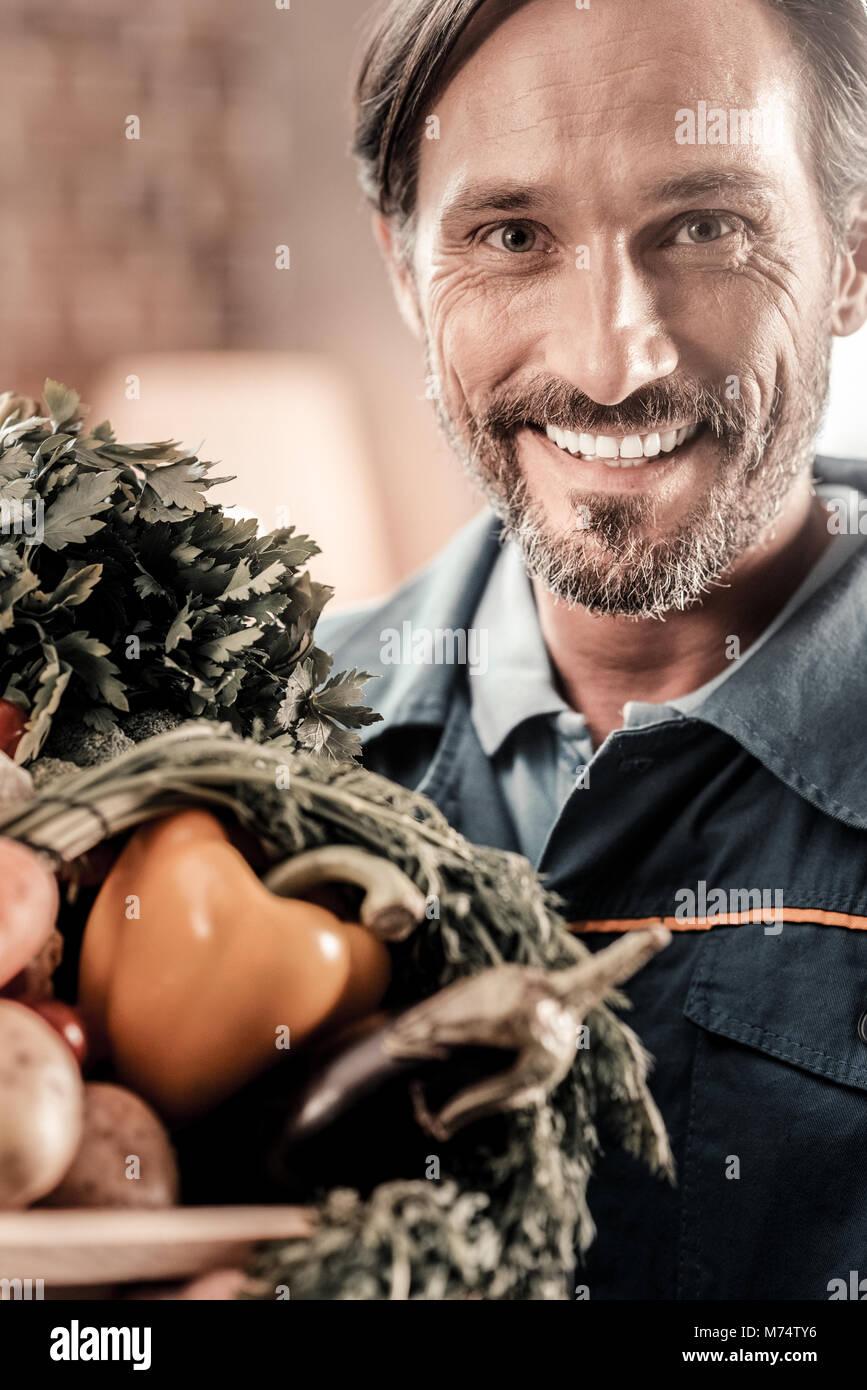 Porträt einer fröhlichen, netten Mann lächelnd Stockbild