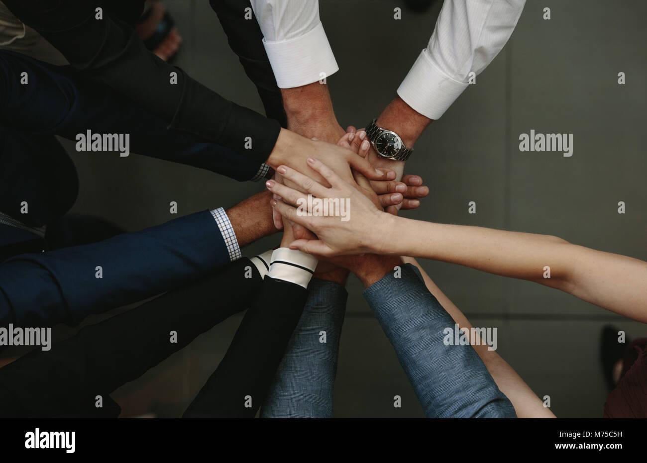 Teamarbeit und Zusammenarbeit Konzept. Geschäftsleute in Hand Einheit angezeigt. Stockbild