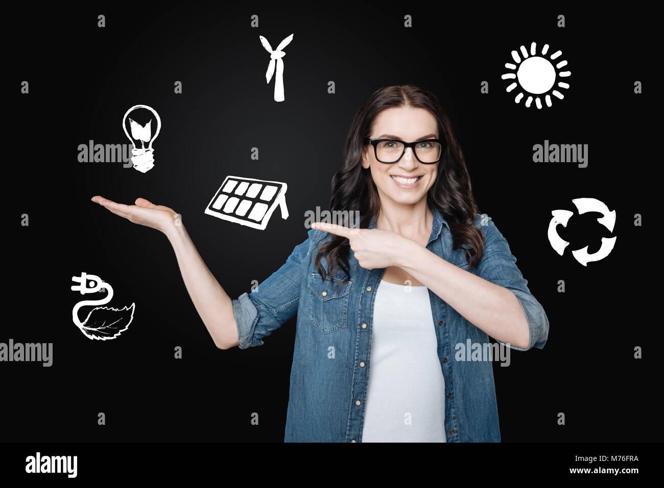 Emotionale eco Freiwilligen lächeln beim Sprechen über alternative Energie Stockbild