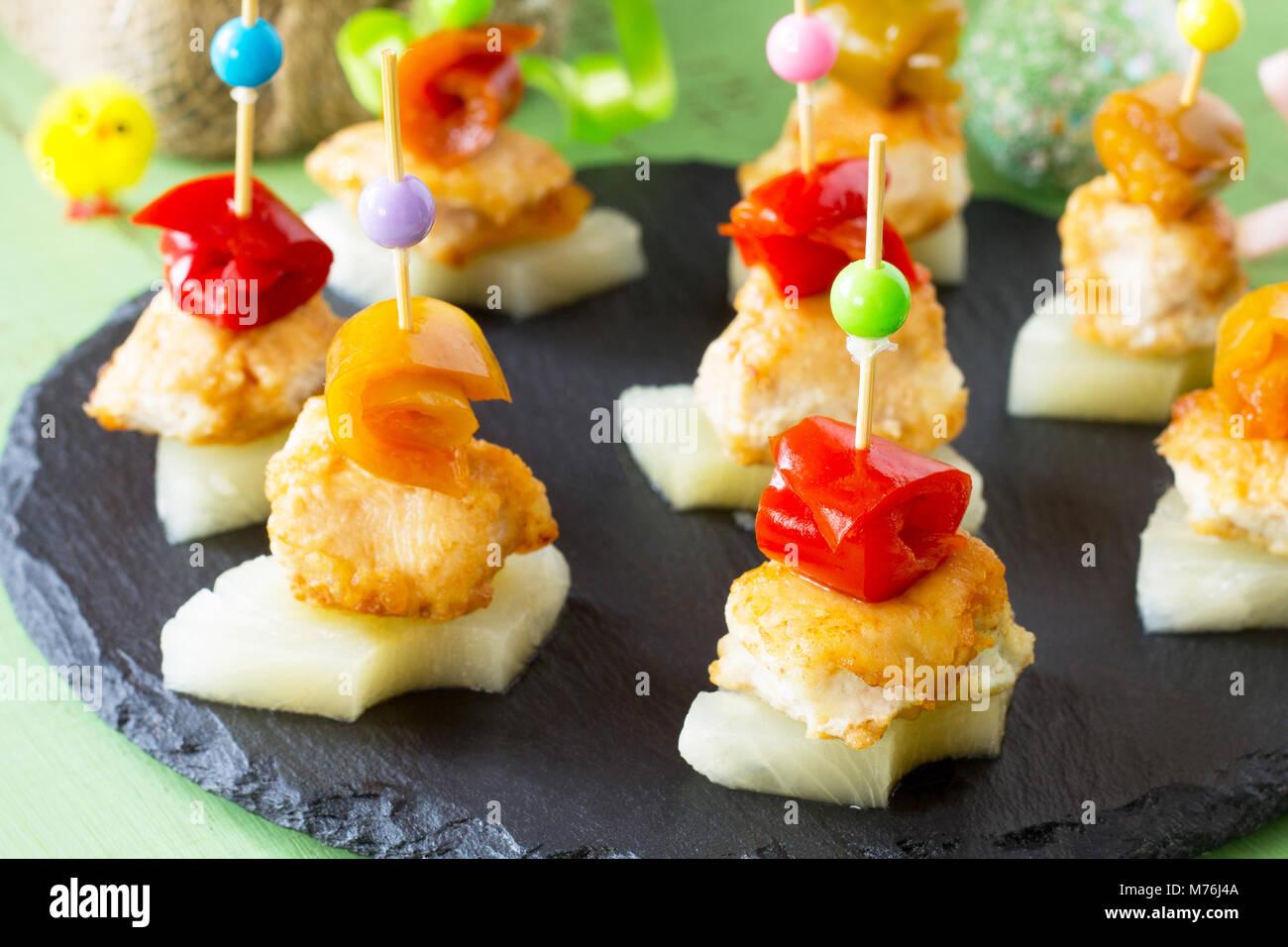 Ostern Rezept, festliche Vorspeise. Kanapees mit Ananas, Grill Hähnchen, marinierte Paprika - auf dem festlichen Stockbild
