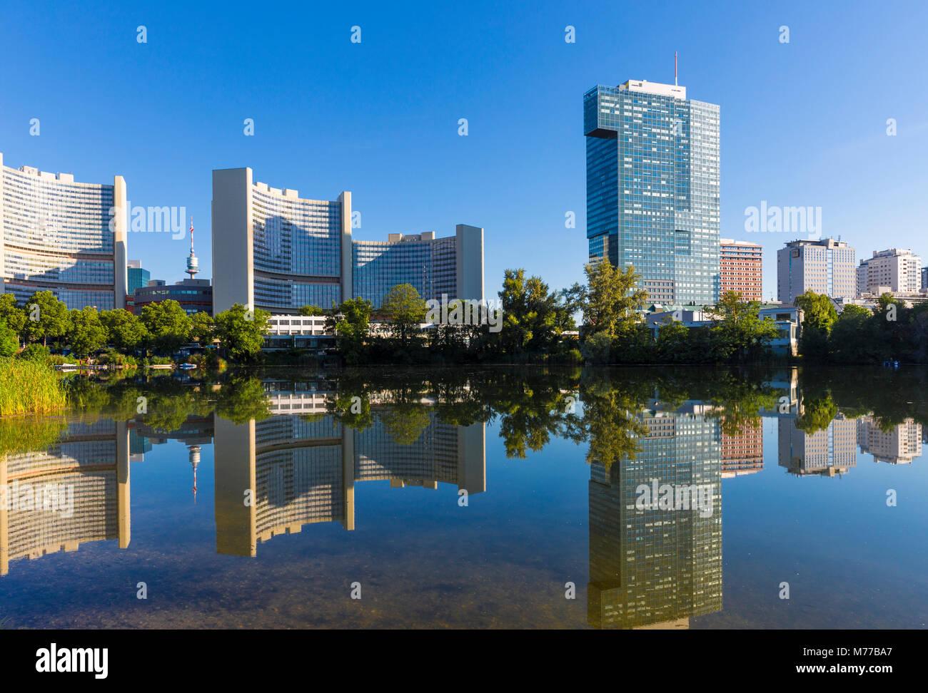 Gebäude der Vereinten Nationen im See spiegeln, UNO-City, Wien, Österreich, Europa Stockbild