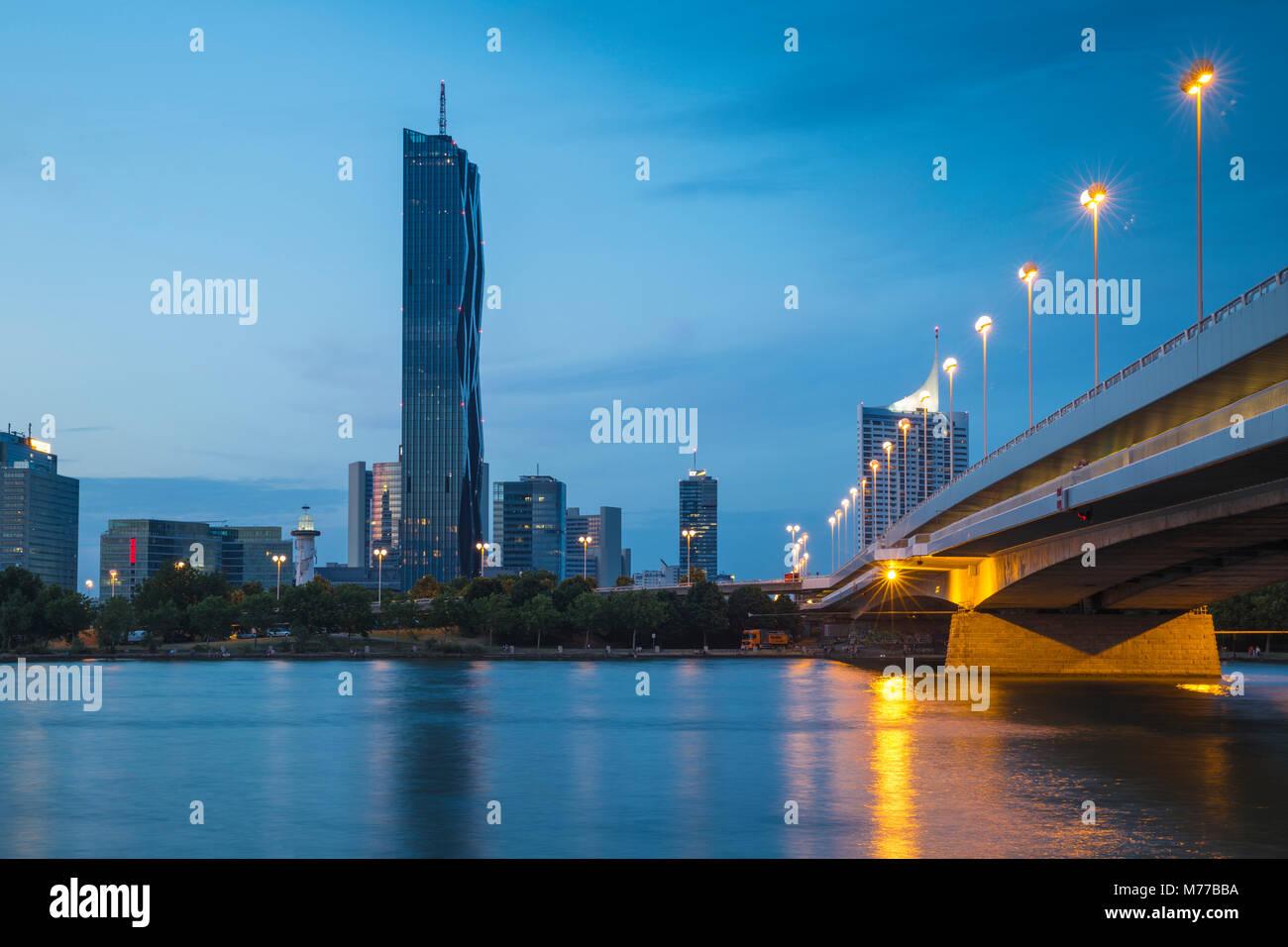 Donau City und DC-Gebäude in der Neuen Donau, Wien, Österreich, Europa widerspiegelt Stockbild