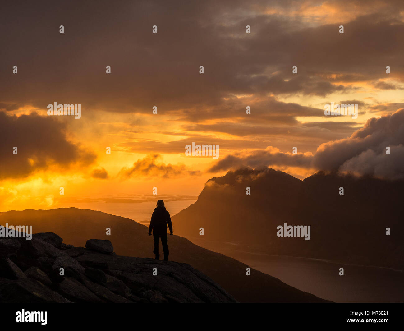 Eine Person in Silhouette einen Sonnenuntergang am Kjerringøy in Nordnorwegen. Stockbild