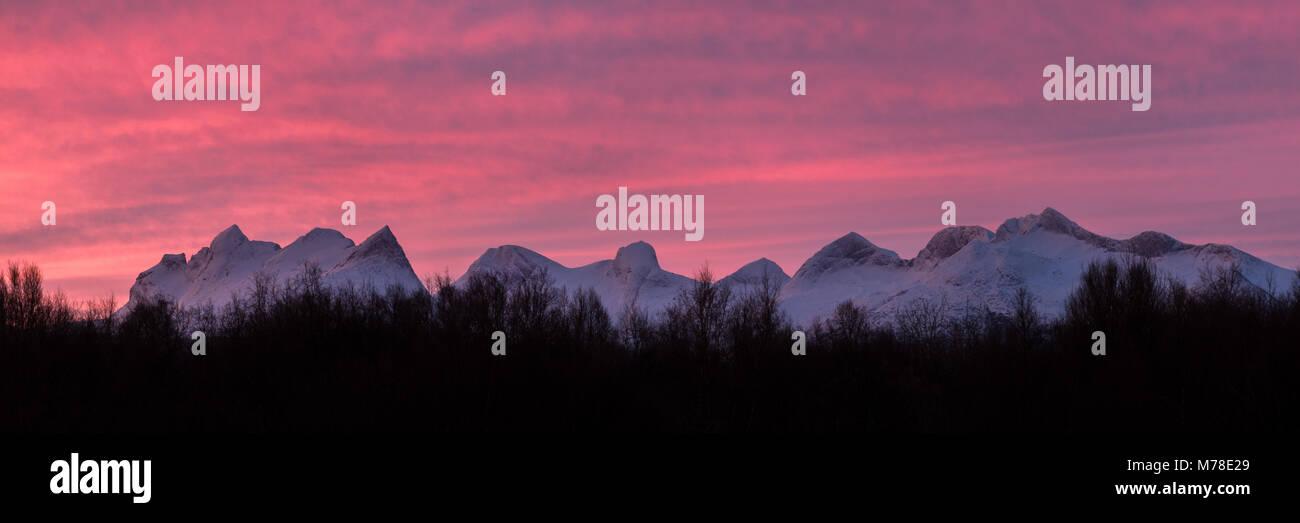 Panoramablick auf die Bergkette Børvasstindene Schuß bei Sonnenaufgang im Winter. Stockbild