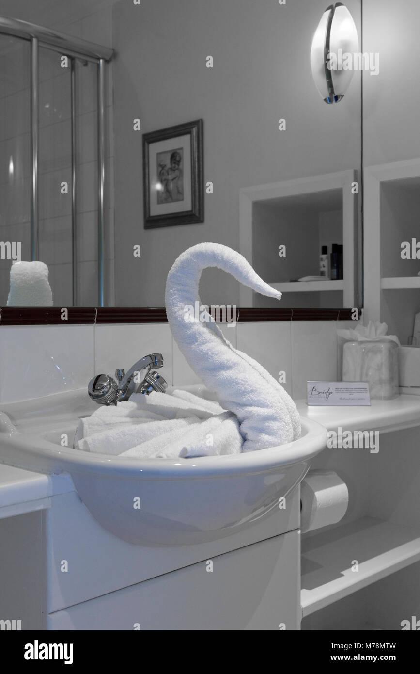 Ein gefaltetes Handtuch Schwan in ein Hotel Waschbecken ein Beispiel für Handtuch Tiere, Handtuch Origami oder Stockbild