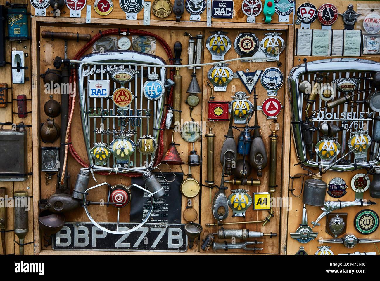 Auswahl von Abzeichen und Auto Teile mit der britischen Motorsport Industry aus einer vergangenen Epoche verbunden Stockbild
