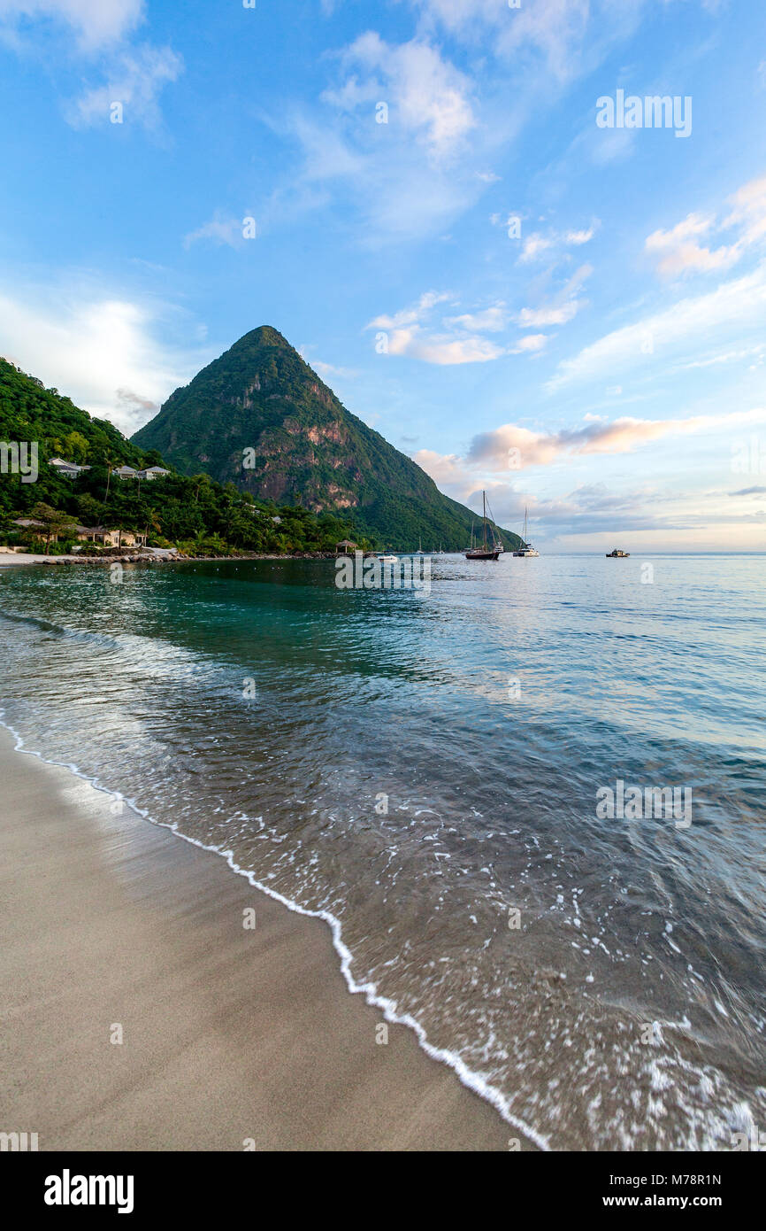 Gros Piton, UNESCO-Weltkulturerbe, und Sugar Beach bei Dämmerung, St. Lucia, Windward Islands, West Indies Stockbild