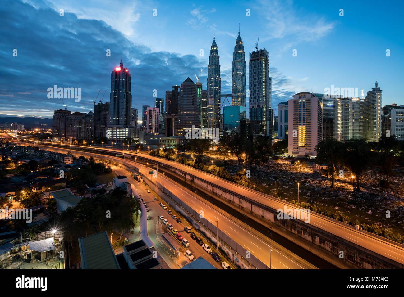 Kuala Lumpur Skyline und Wolkenkratzer mit Autobahn Straße in der Nacht in Kuala Lumpur, Malaysia. Asien. Stockbild