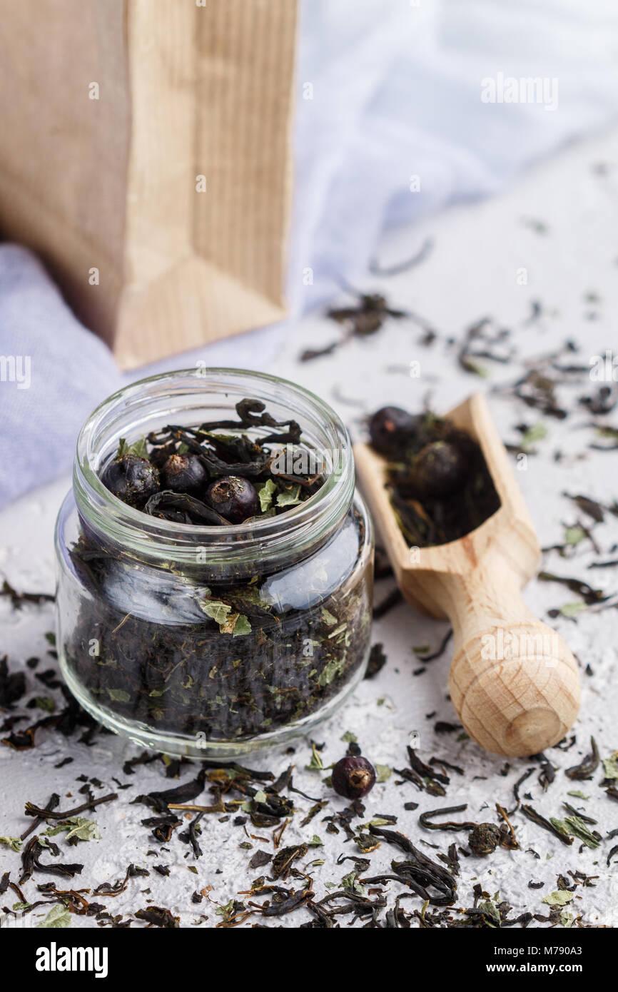 Gesunde Krauter Tee Mit Schwarzen Johannisbeeren In Einem Glas Und