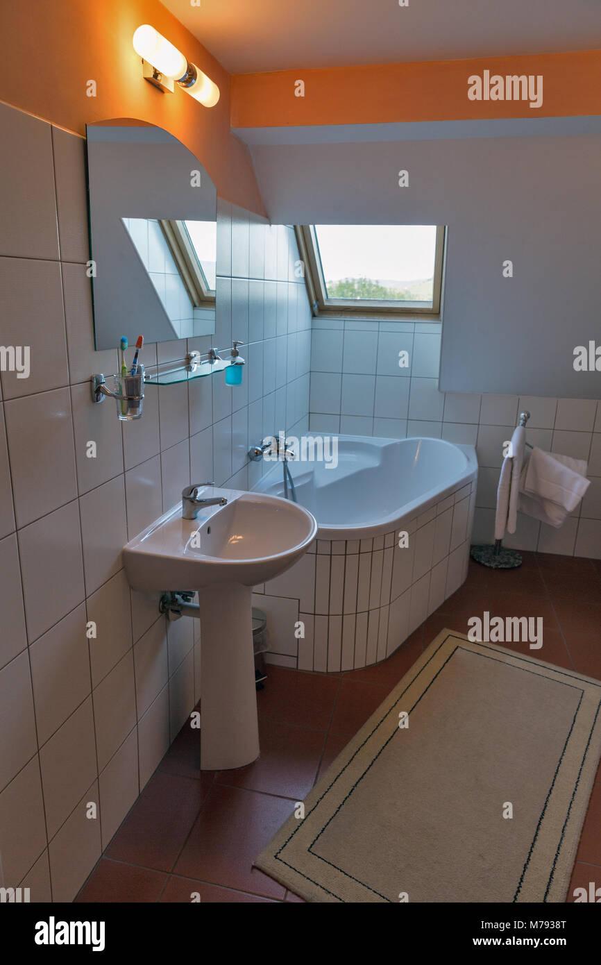 Modernes weißes, kleines Bad mit Eckbadewanne, Waschbecken ...