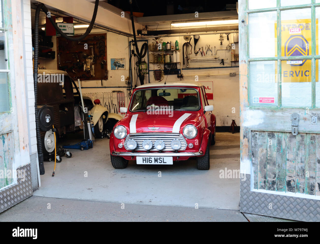 Rover Mini Cooper In Einer Kleinen Werkstatt Geparkt Stockfoto Bild