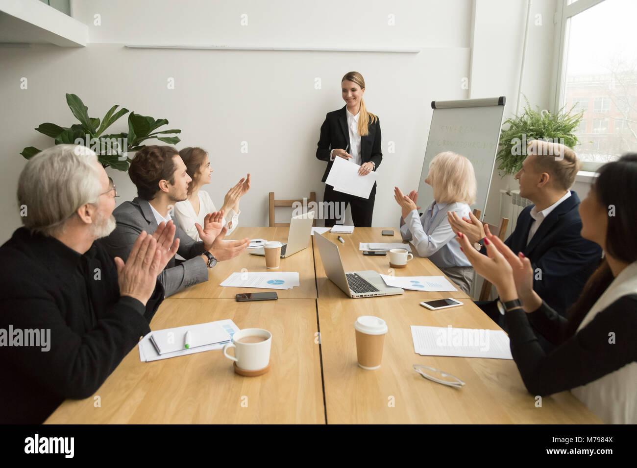 Gruppe von Geschäftsleuten applaudieren, team leader nach presentatio Stockbild