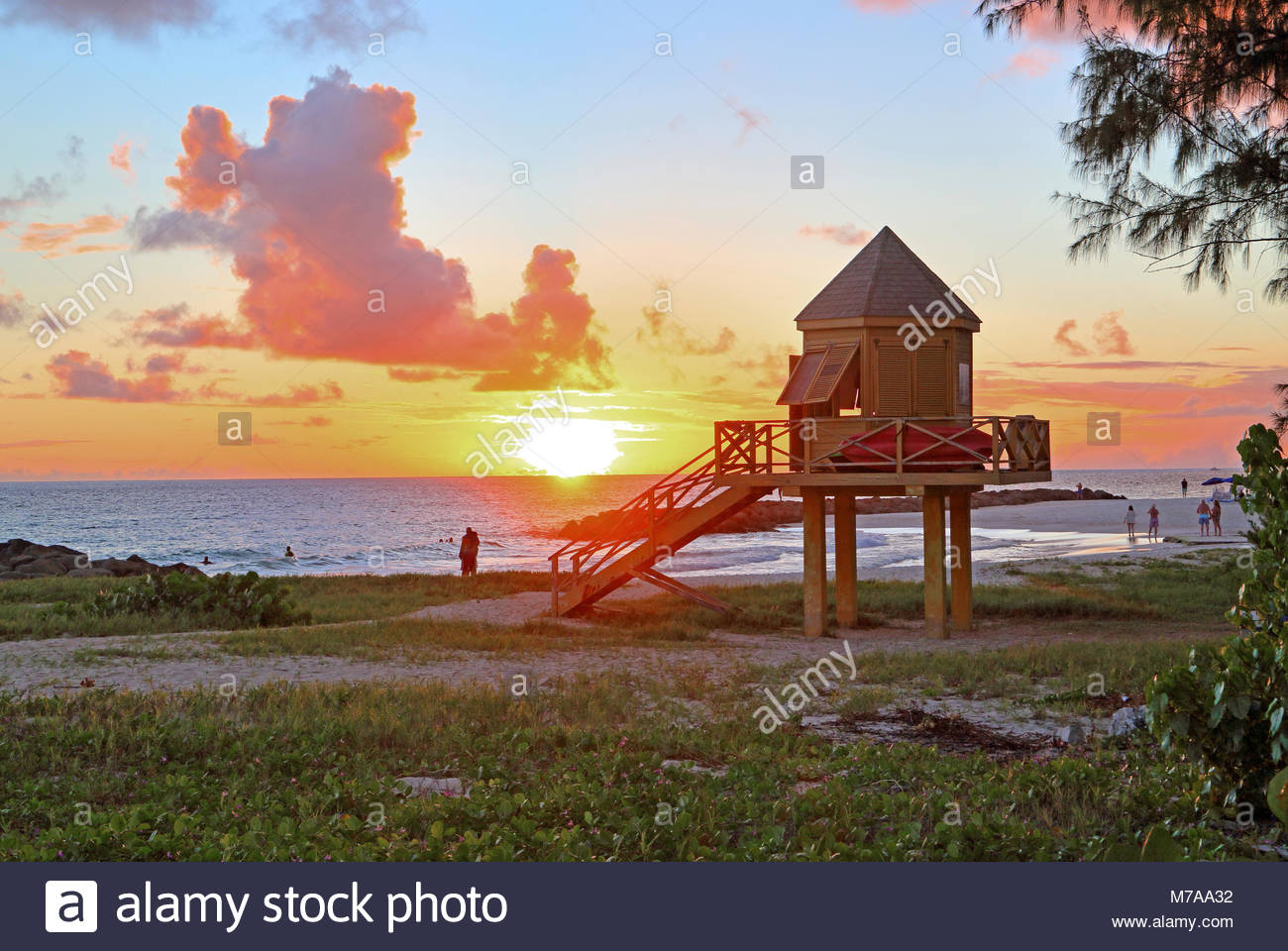 Typische lifeguard Tower auf Needhams Point Strand bei Sonnenuntergang, Brigdetown, Barbados, Karibik, Kleine Antillen, Stockbild