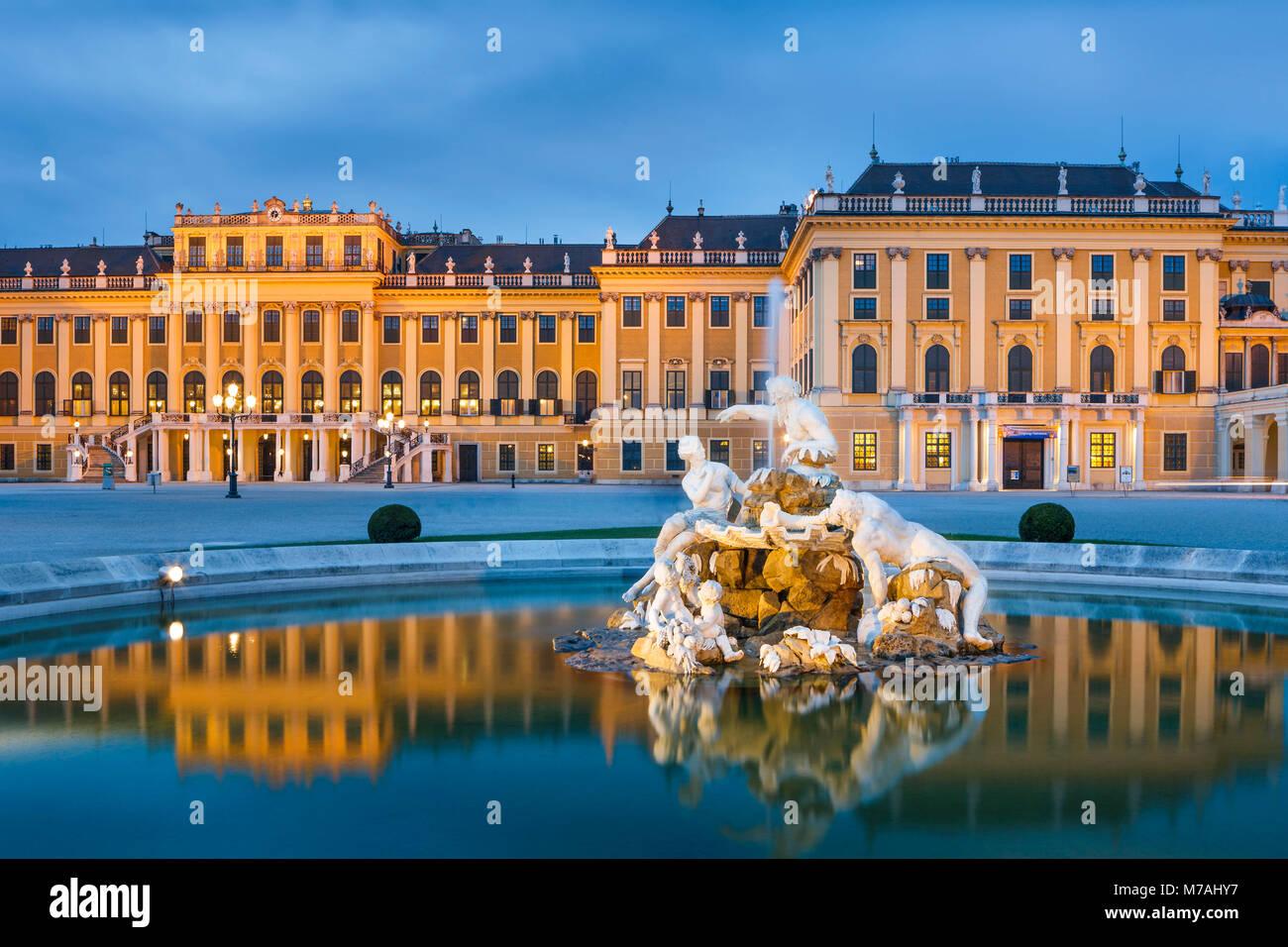 Blaue Stunde mit Spiegelbild im Brunnen auf dem Vorplatz des Schlosses Schönbrunn in Wien Stockbild