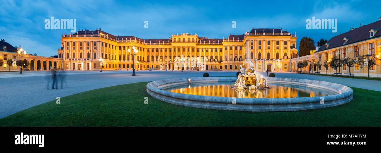 Panorama auf dem Vorplatz des Schlosses Schönbrunn in Wien an der blauen Stunde Stockbild