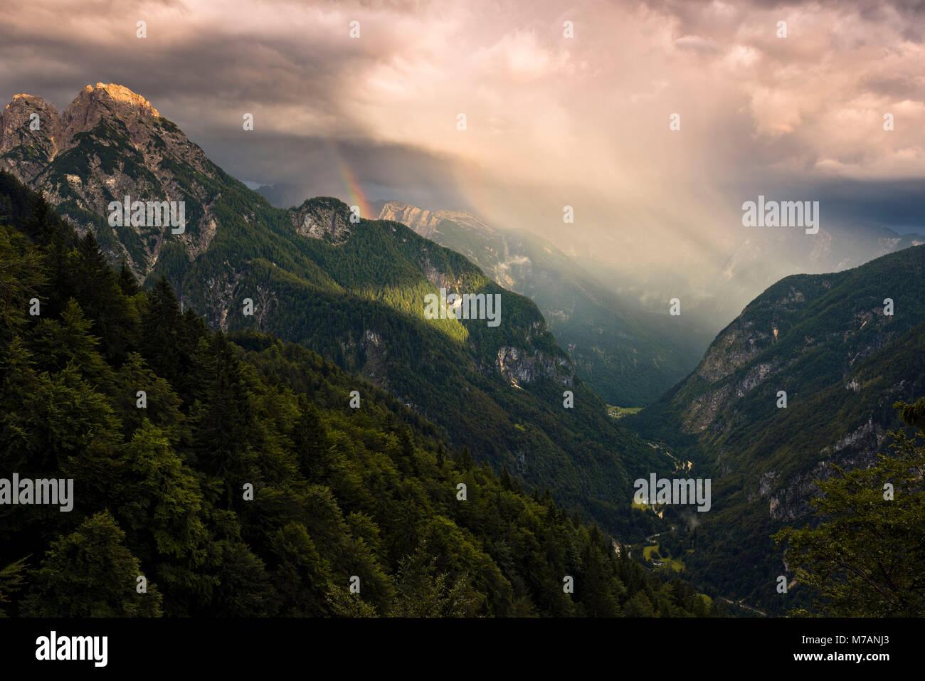Blick in das Tal von Trenta in majestätischen Abendlicht mit Regenbogen, Kanjavec Gipfel, Mali Spicje, Velika Stockbild