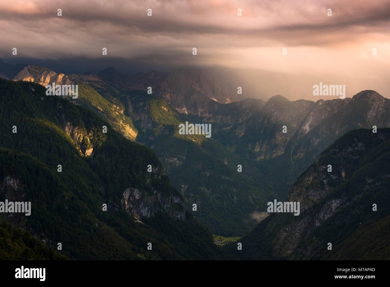 Blick in das Tal von Trenta in majestätischen Abendlicht, Kanjavec Peak, Mali Spicje, Velika Ticharica, Nationalpark Stockbild