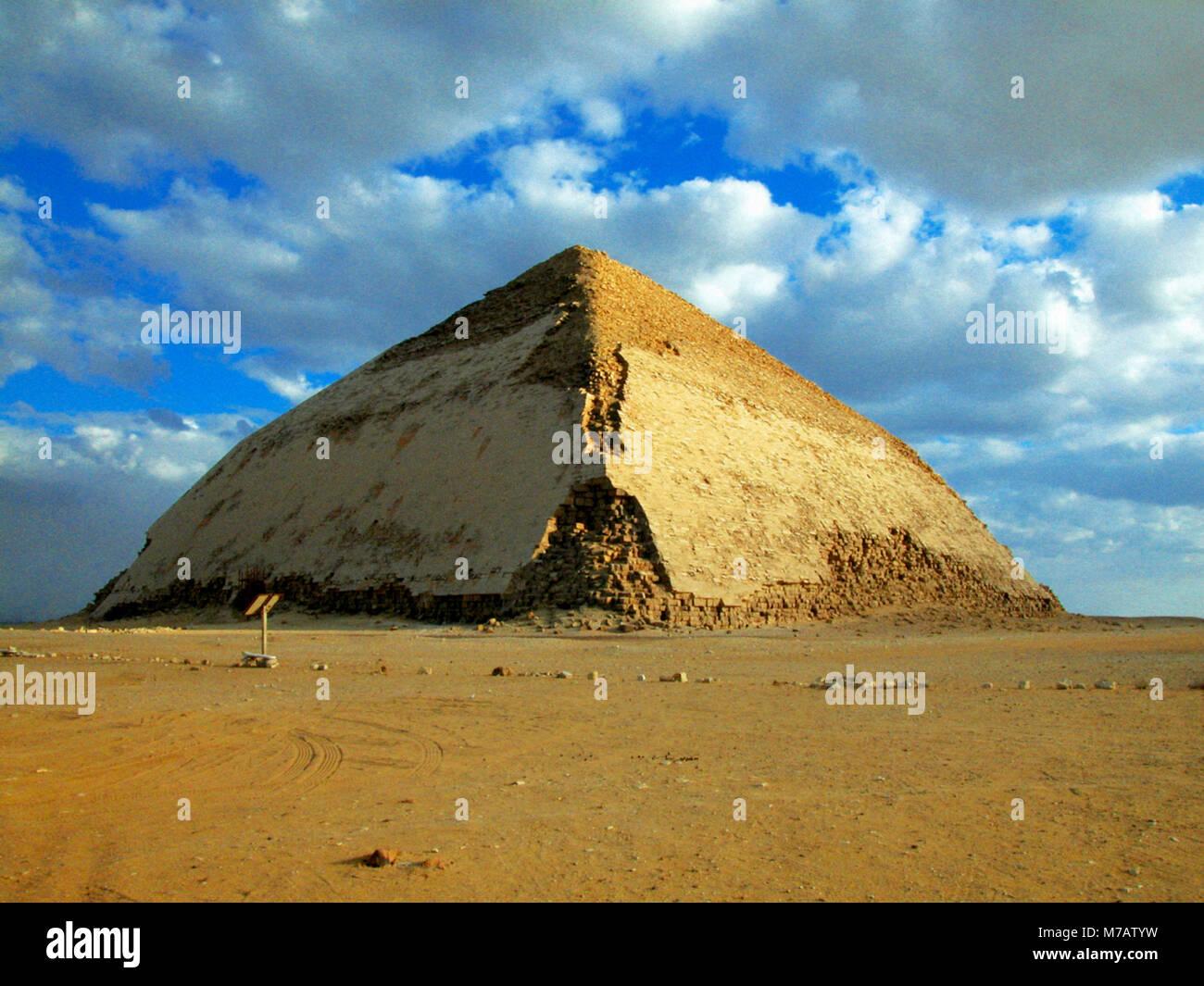 Pyramiden in einer kargen Landschaft, verbogene Pyramide, Dashur, Ägypten Stockbild