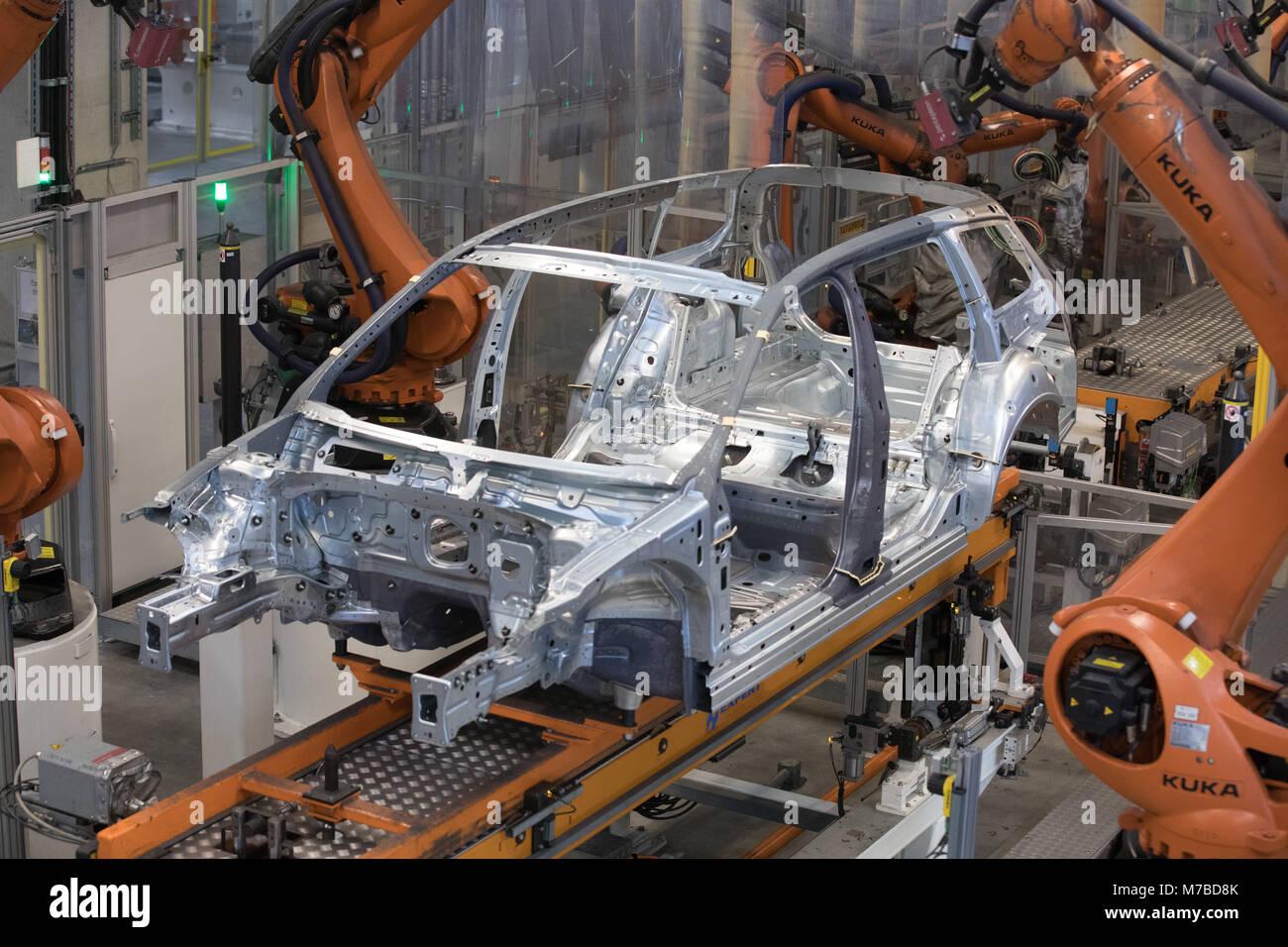 09 März 2018, Deutschland, Emden: Roboter zusammenbauen Auto Teile ...