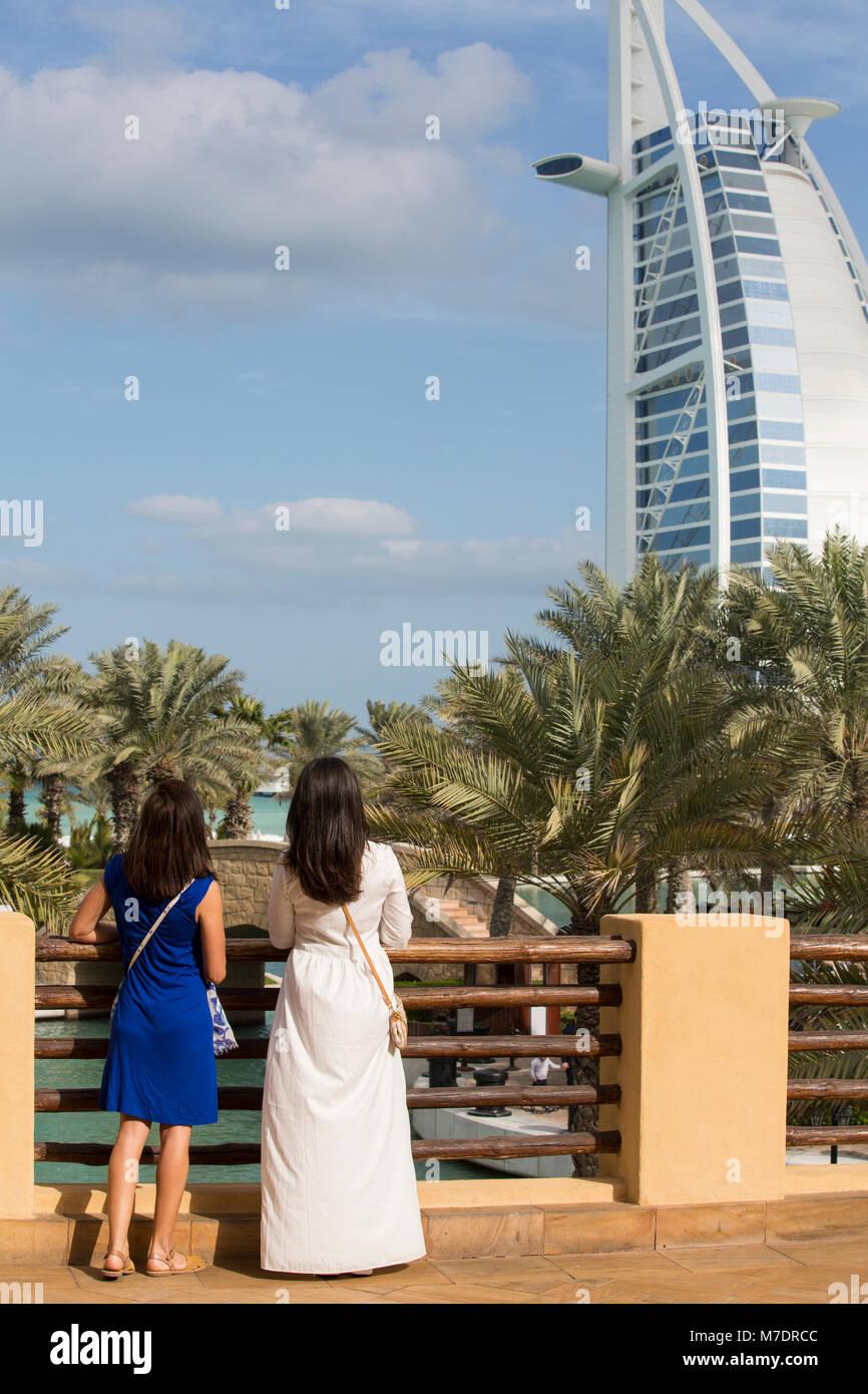 Weibliche Touristen in Madinat Jumeirah Dubai UAE Stockbild