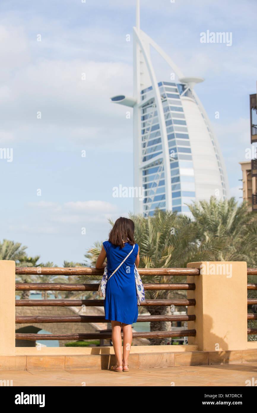 Weibliche Touristen in Burj Al Arab Suchen von Madinat Jumeirah Dubai UAE Stockbild