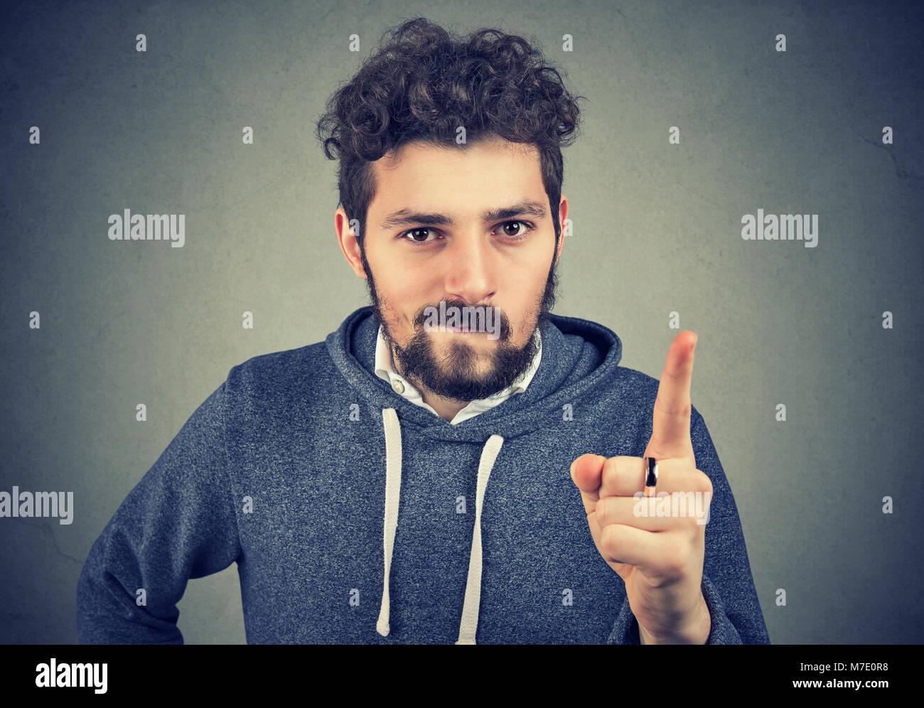 Hipster Mann, der seine Abneigung und zeigte mit dem Finger anklagend. Stockbild