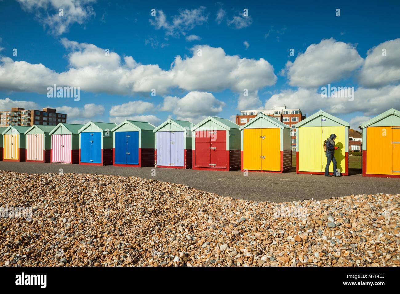 Mehrfarbige Strand Hütten auf der Strandpromenade in Hove, East Sussex, England. Stockbild
