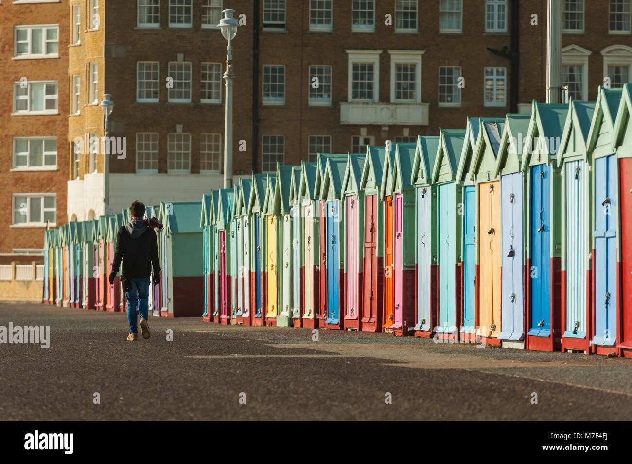 Bunte Strandhütten direkt an der Meeresküste von Brighton, East Sussex, England. Stockfoto