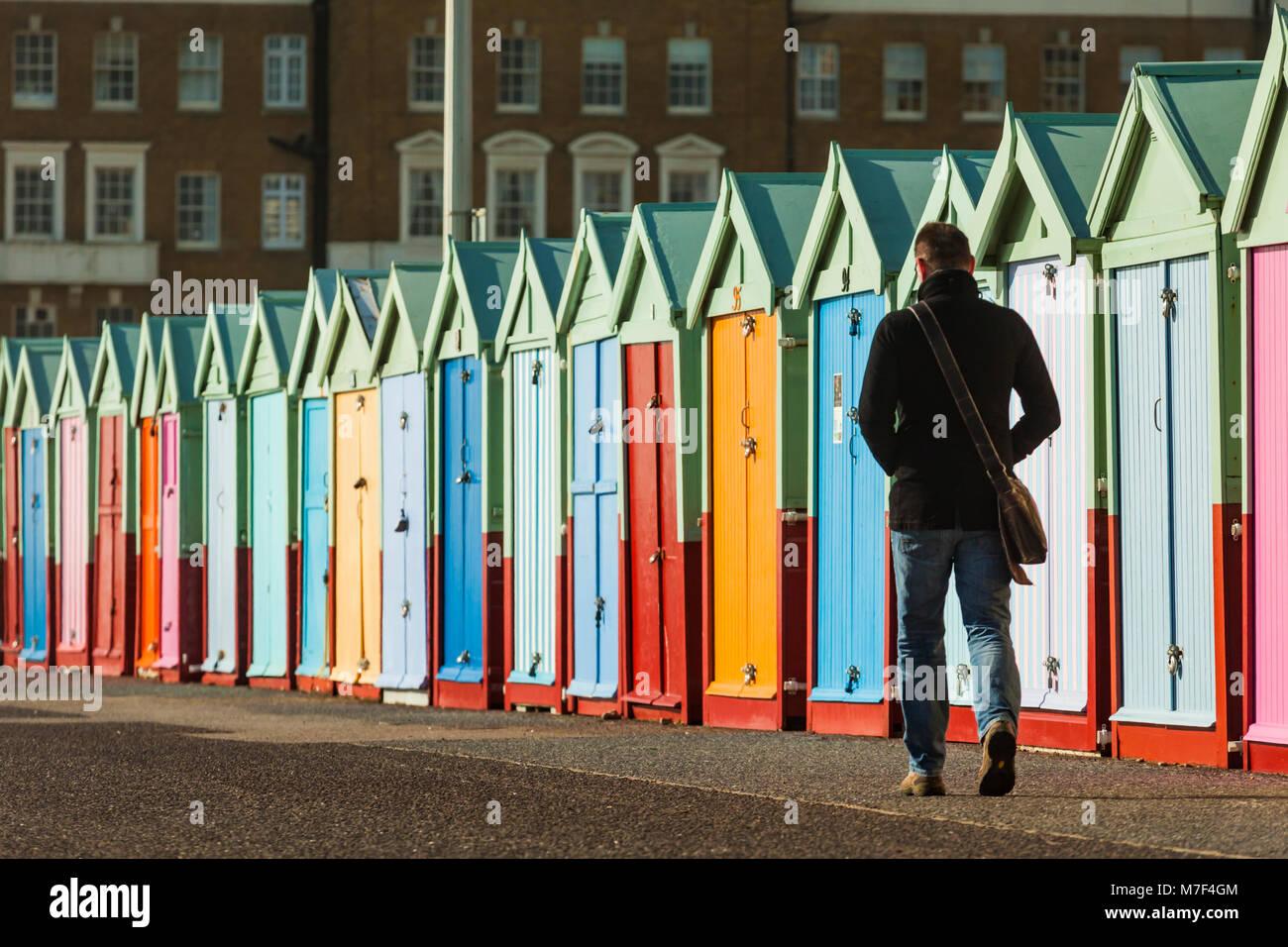 Bunte Strandhütten direkt an der Meeresküste von Brighton, East Sussex, England. Stockbild