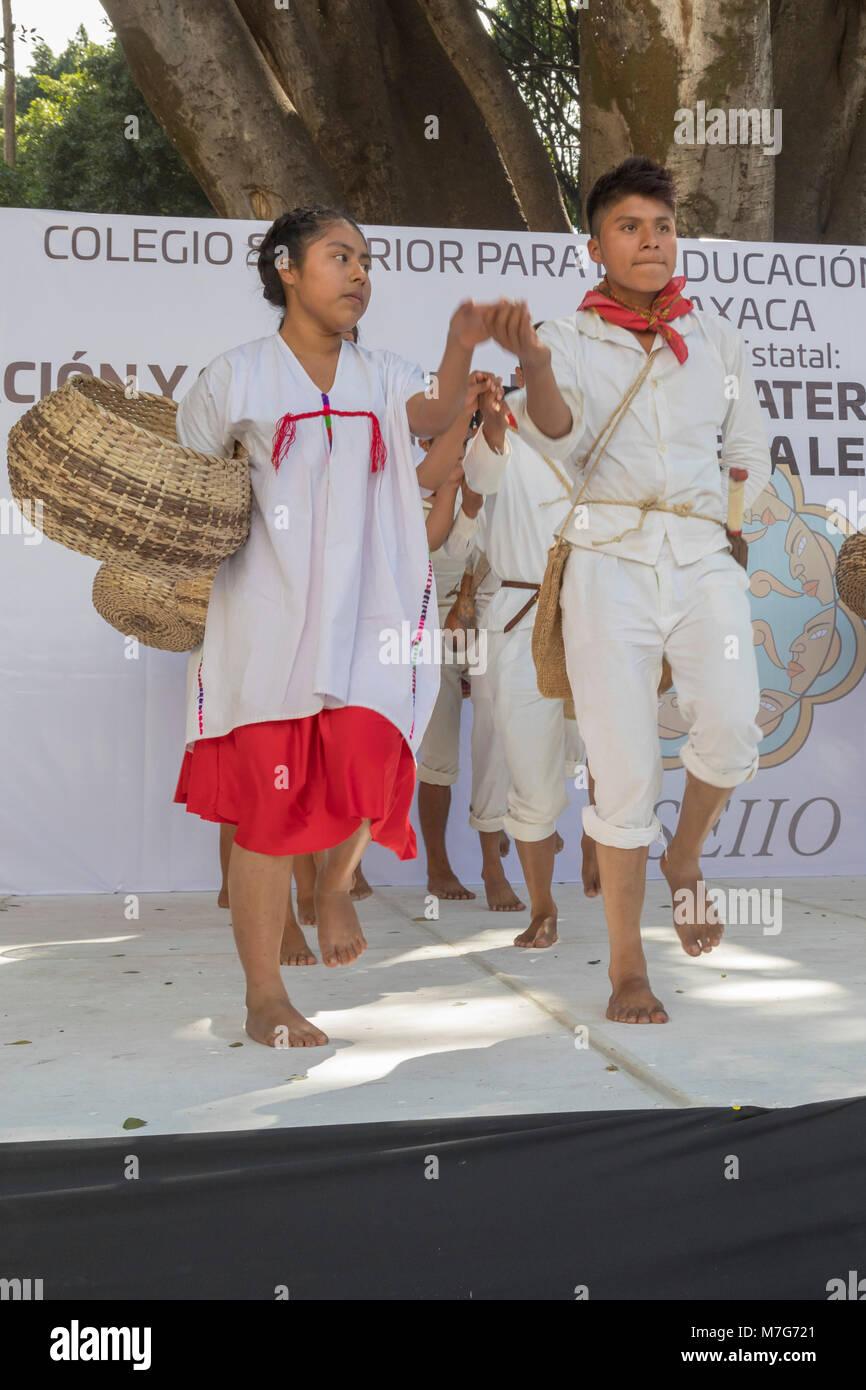 Oaxaca, Oaxaca, Mexiko - Mitglieder der indigenen Gemeinschaften im gesamten Bundesstaat Oaxaca feierte die Día Stockbild