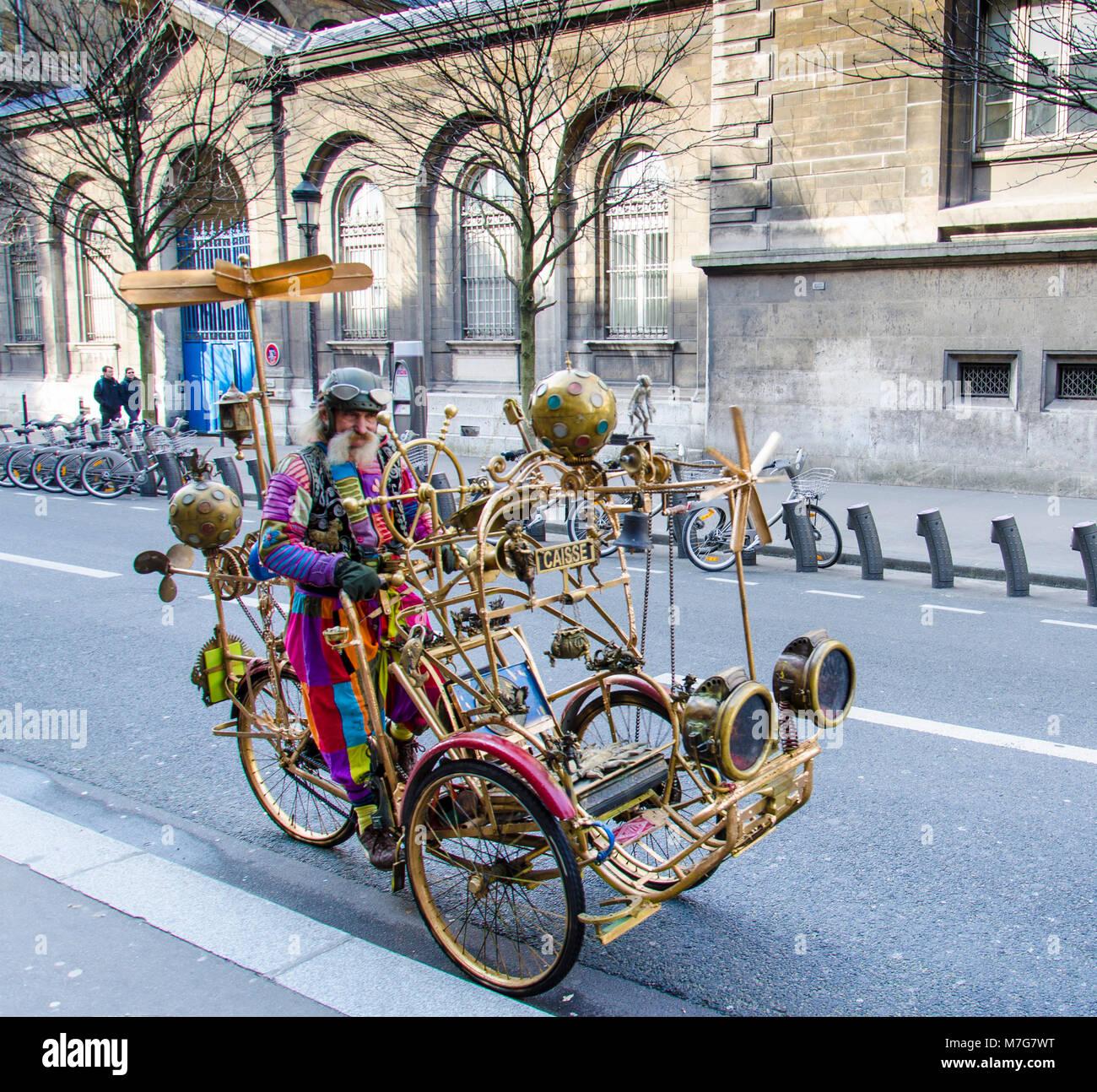 ltere mann auf einem steampunk fahrrad in paris stockfoto. Black Bedroom Furniture Sets. Home Design Ideas