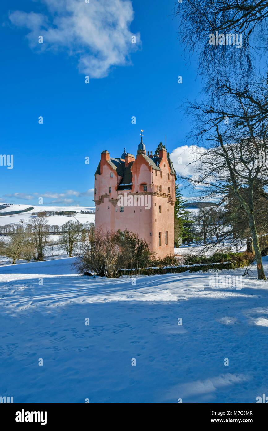 CRAIGIEVAR CASTLE ABERDEENSHIRE SCHOTTLAND rosa Turm blauer Himmel und im Winter Schnee auf die umliegenden Felder Stockbild
