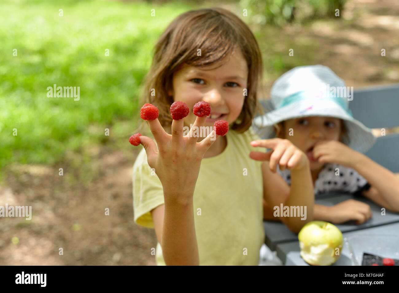 Kinder Himbeeren essen, Apex Park, Riverway Drive, Condon, QLD, Australien Stockbild