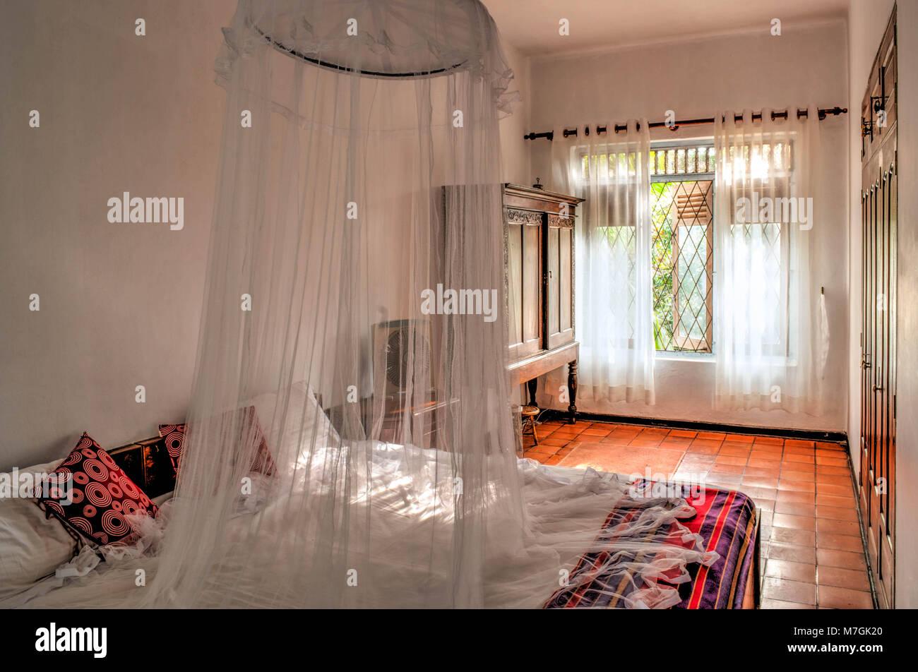 Kolonialstil Schlafzimmer mit Moskitonetz Stockfoto, Bild: 176772456 ...