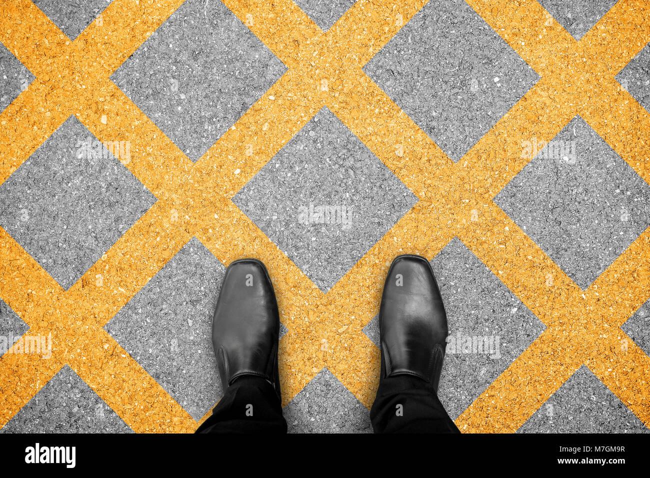 premium selection 59784 33ebb Schwarze Schuhe stehen keine Parkplätze. Criss-cross gelbe ...