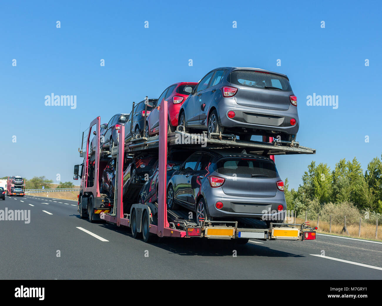 Etagenbett Auto : Big car carrier anhänger mit autos auf einem etagenbett plattform