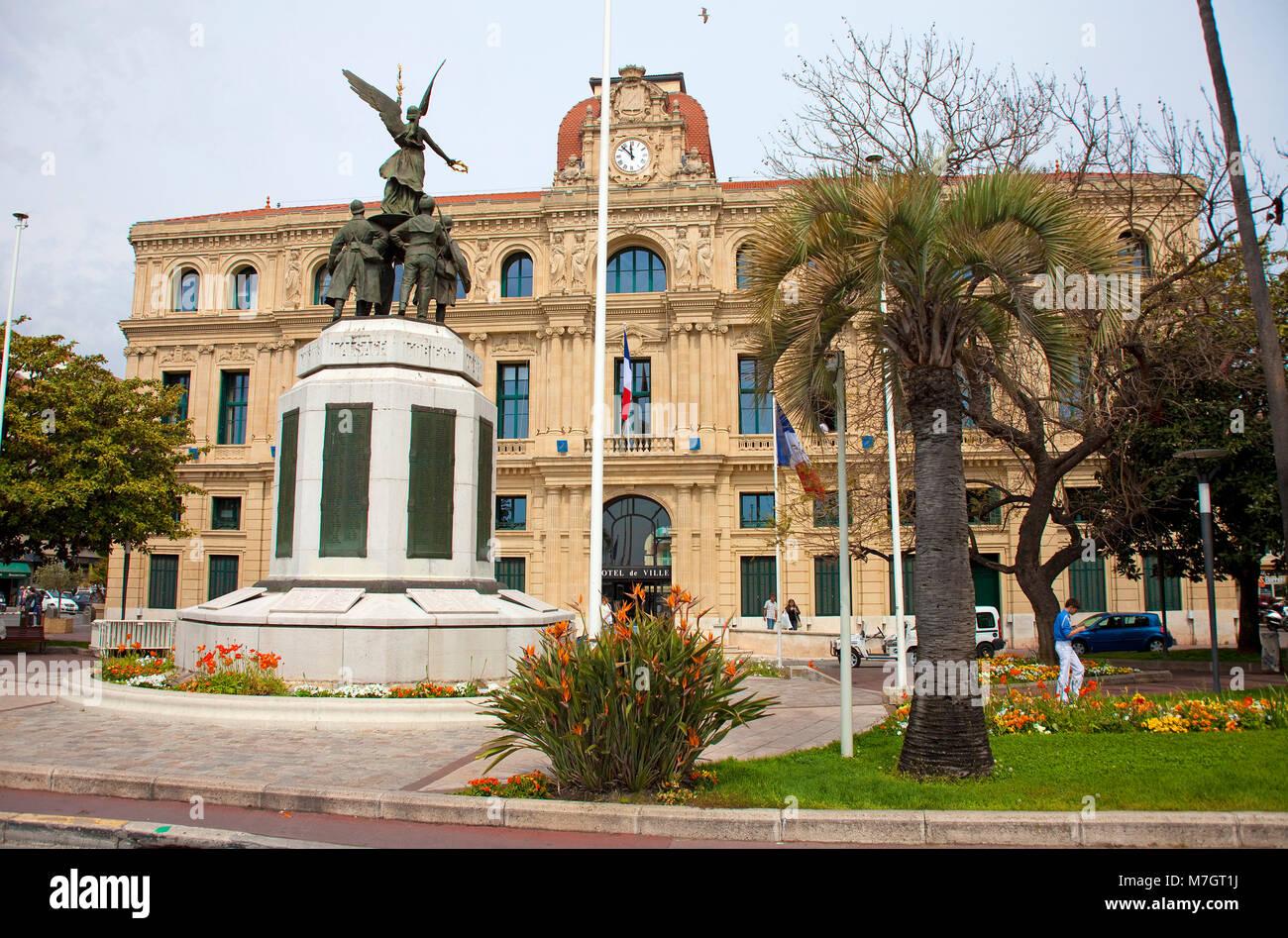 Krieg Denkmal vor dem Hotel de Ville (Rathaus) an der alten Stadt Le Suquet, Cannes, Côte d'Azur, Südfrankreich, Stockbild