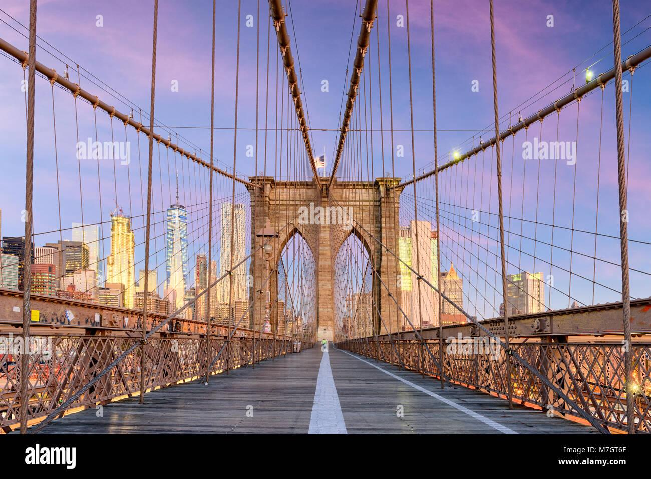 New York, New York auf der Brooklyn Bridge, Promenade mit Blick auf die Skyline von Manhattan in der Morgendämmerung. Stockbild