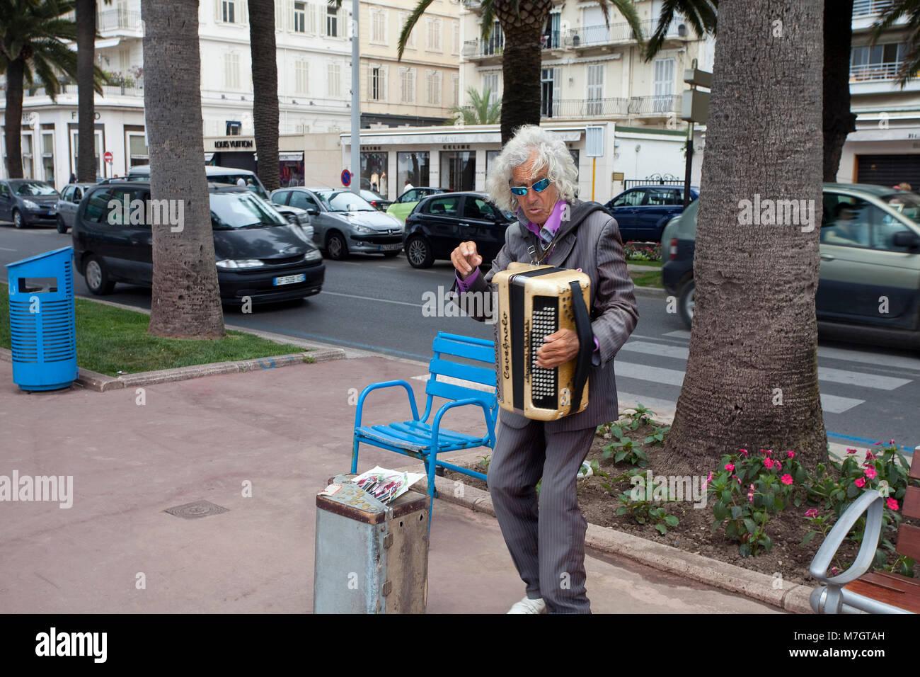 Straßenmusiker an der Boulevard de la Croisette, Cannes, Côte d'Azur, Südfrankreich, Frankreich, Stockbild