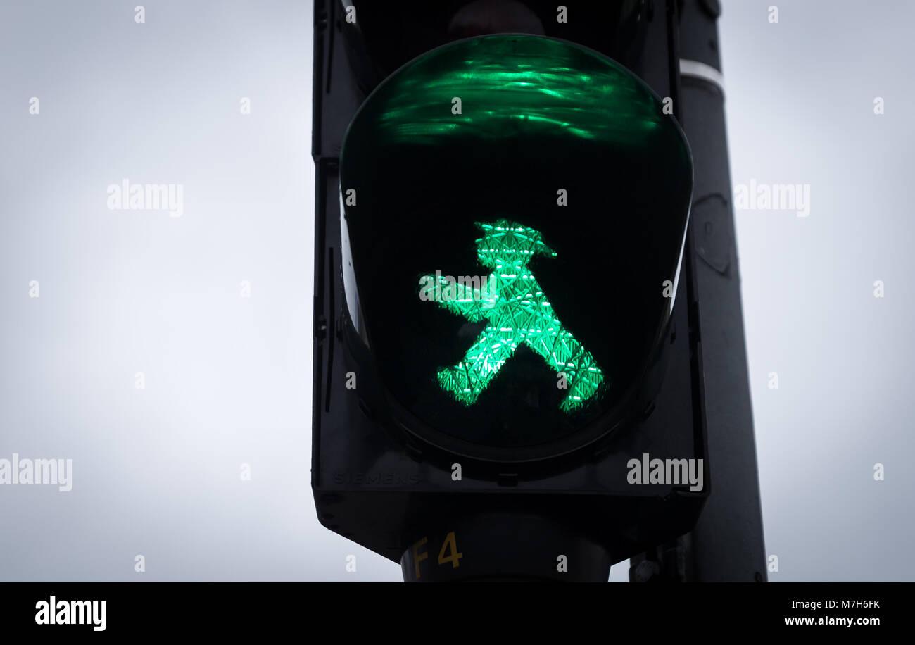 Ampel mit Grünen Mann Ampelmann Wandern, Berlin, Deutschland Stockfoto
