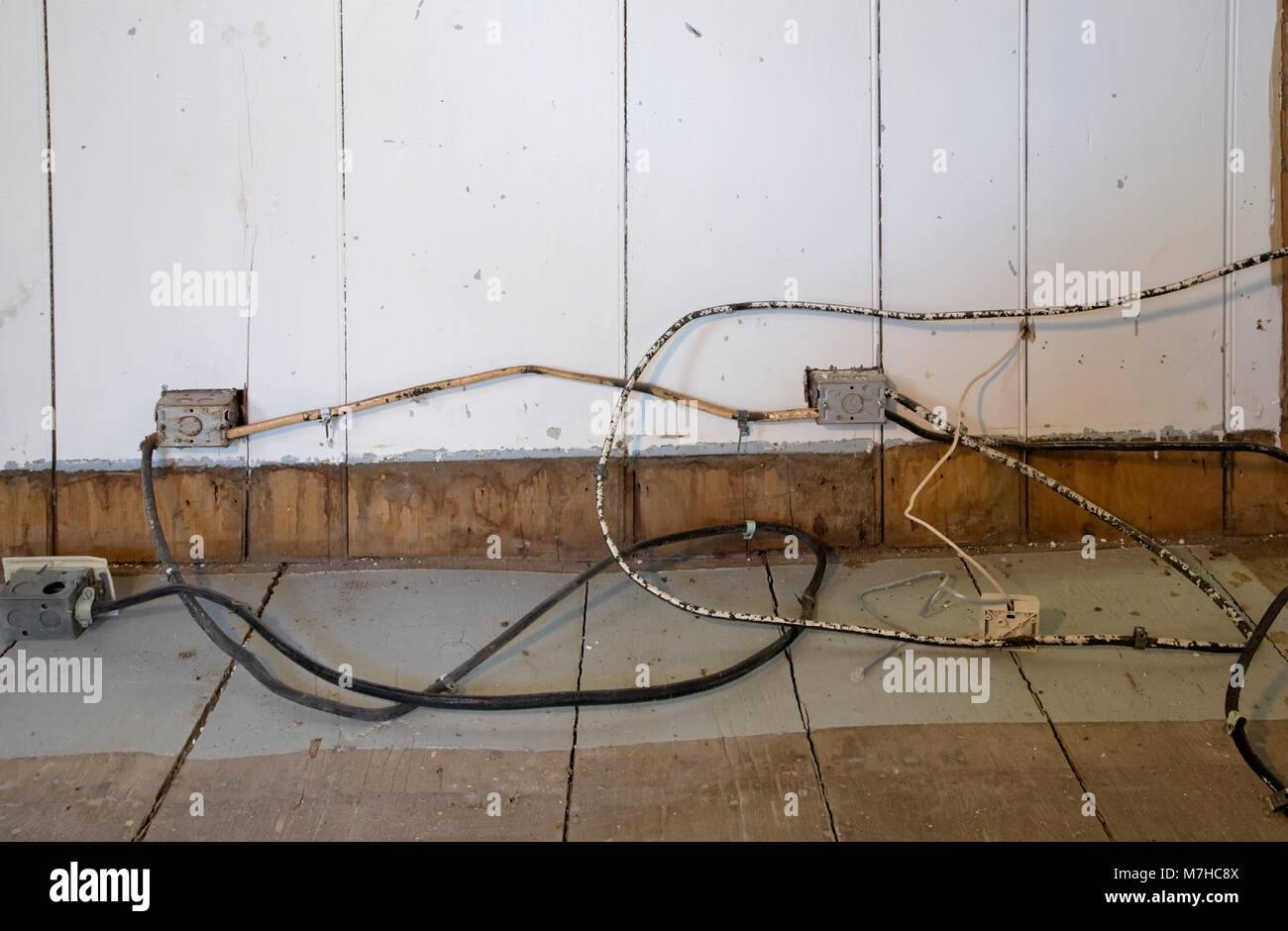 Steckdosen Im Fußboden ~ Alte elektrische tuch isolierte verkabelung und steckdosen auf