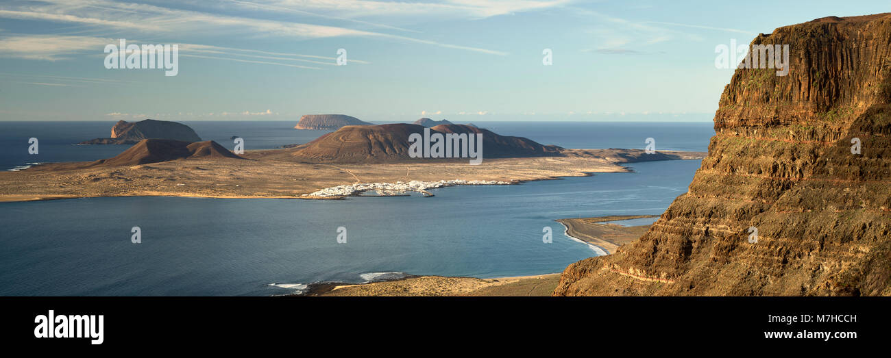 Isla Graciosa, Teil der Chinijo Archipel, gesehen vom Mirador de Guinate, Lanzarote, Kanarische Inseln, Spanien Stockbild