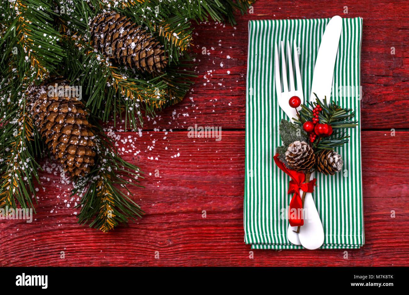 Weihnachten Tisch mit grünen Serviette, Messer und Gabel ...