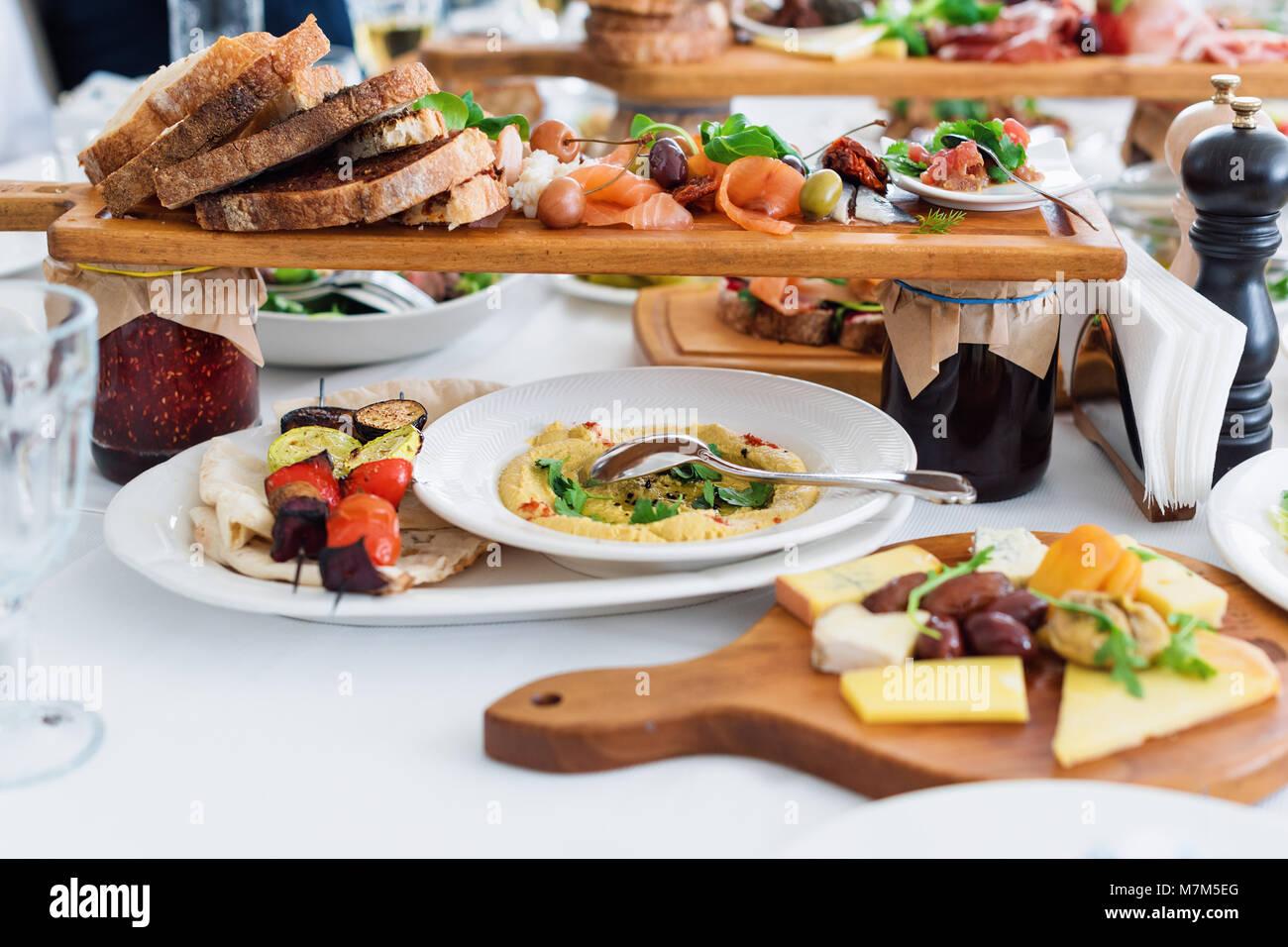 Leckeres Essen Verschiedene Mahlzeiten Fur Die Gaste Auf Den Tisch Im Restaurant Gesunde Mediterrane Kuche Stockfotografie Alamy