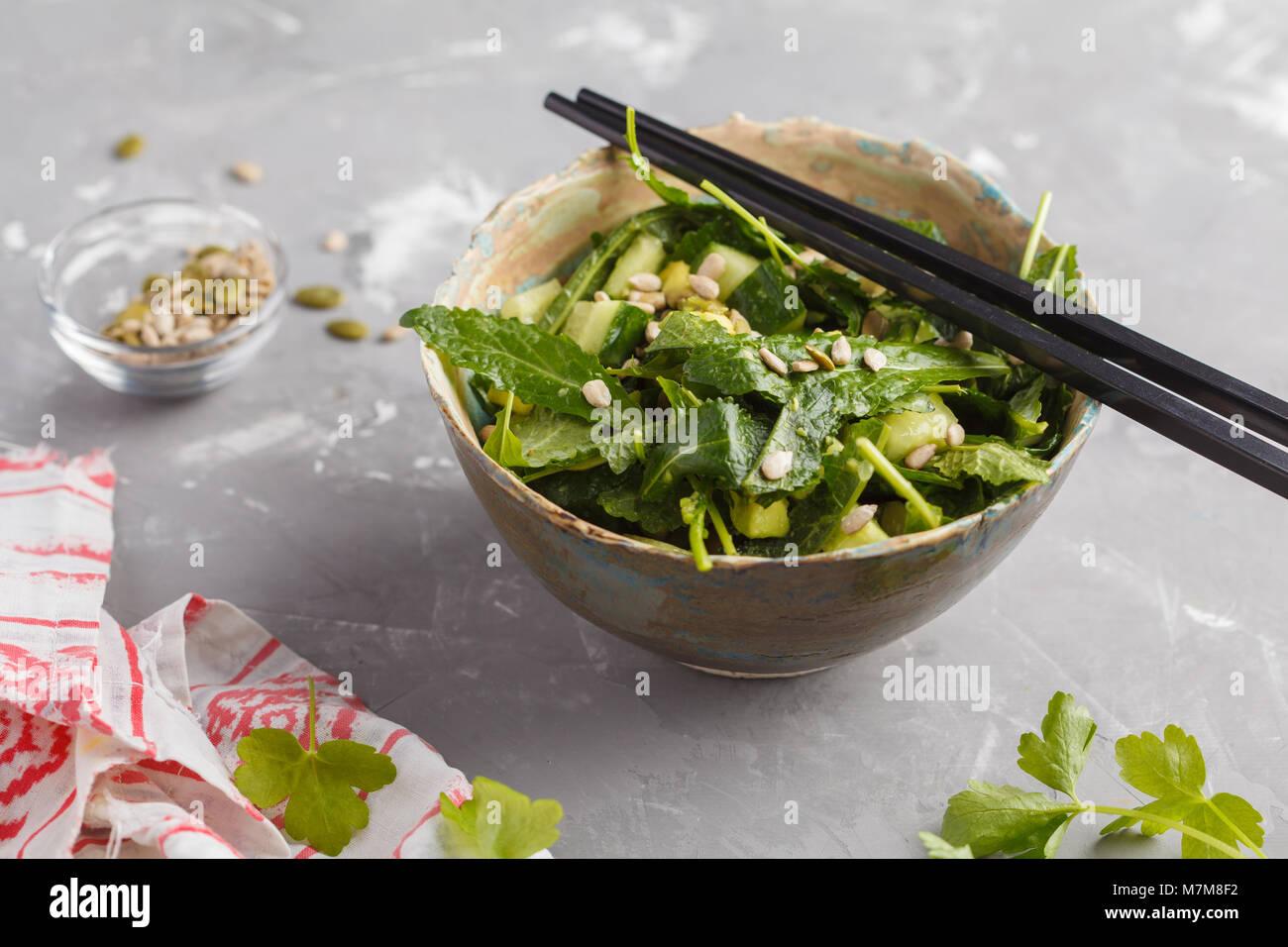 Grüne vegane Kale, Gurke, Sonnenblumenkerne, Salat. Gesunde vegetarische Essen Konzept. Stockbild