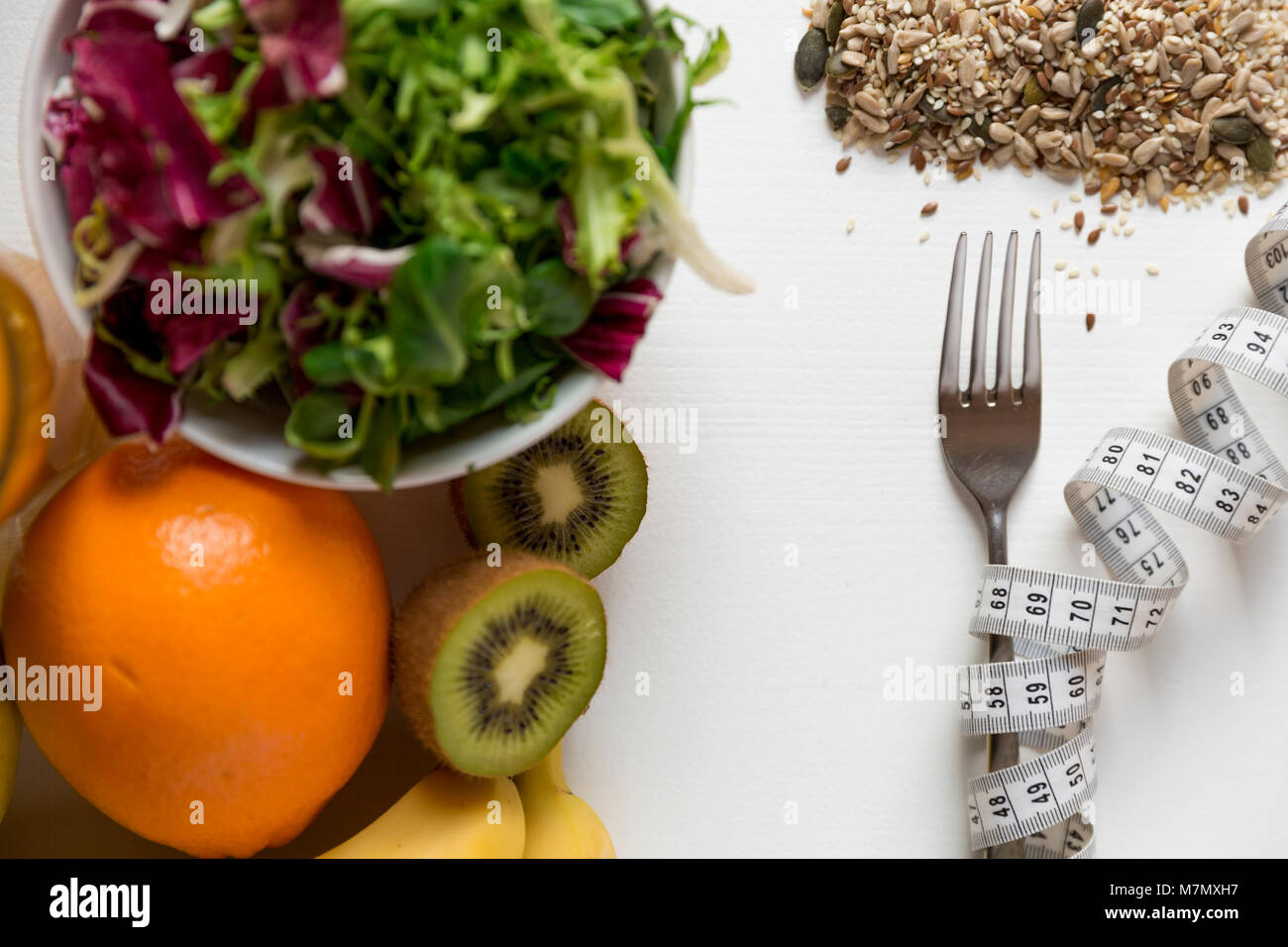 Gesundes Obst, Gemüse und Maßband um die Gabel. Gewicht Verlust und richtige Ernährung Konzept Stockbild