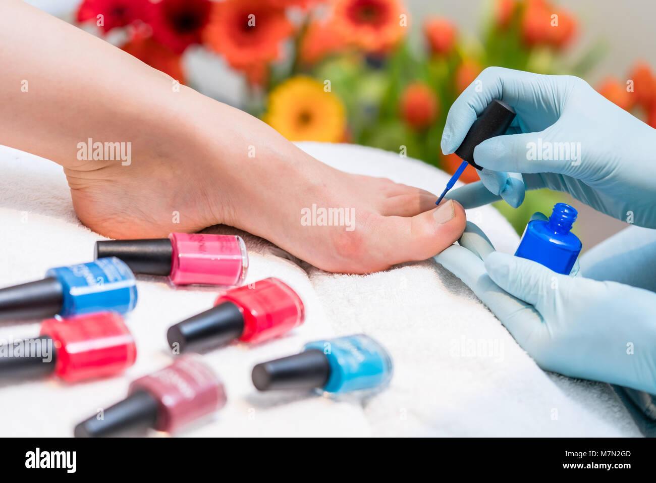 Die Hände eines Nagels Techniker Polieren der Nägel einer Frau ...