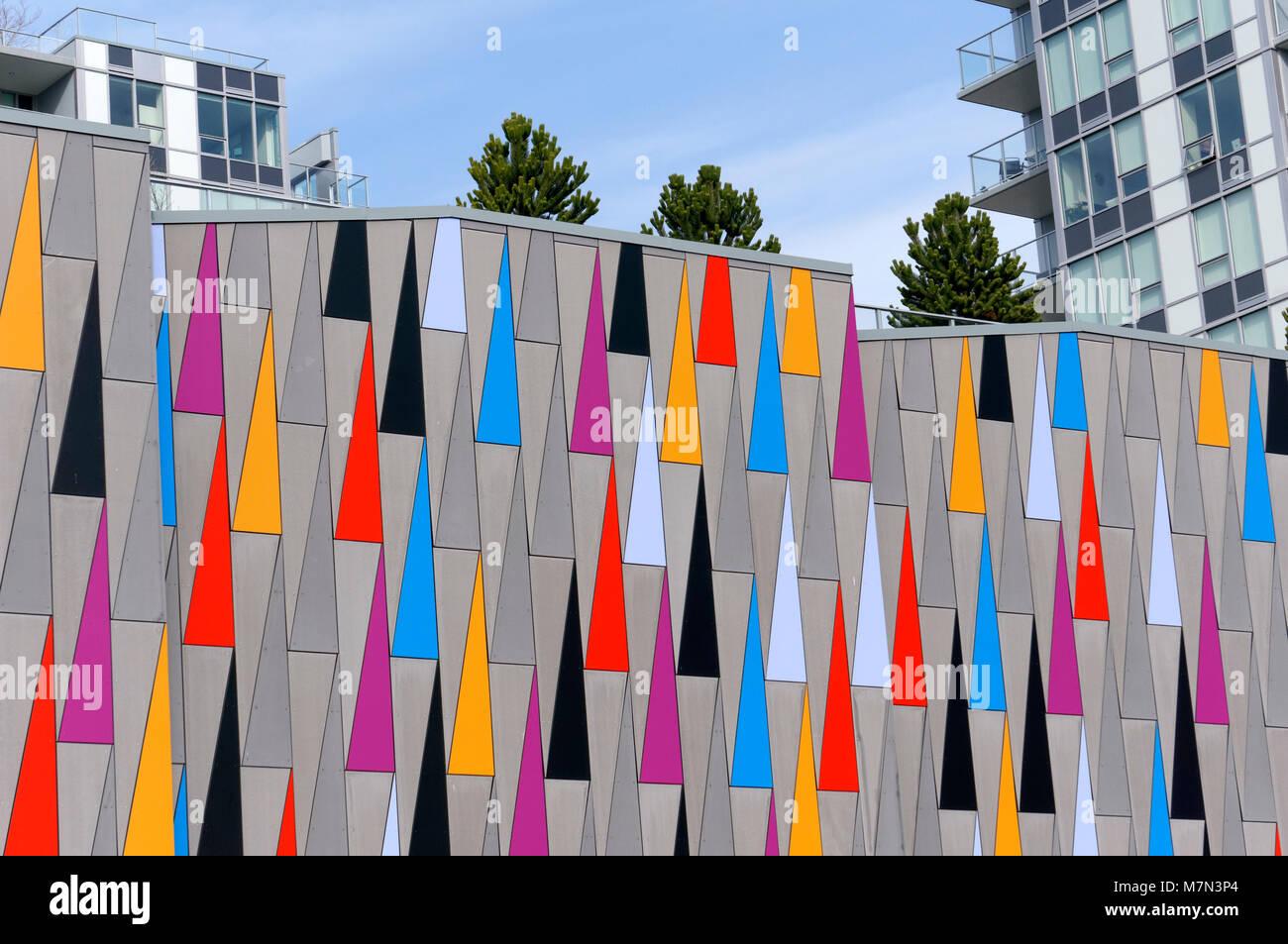 Bunte Dreiecke Design an der Außenwand eines modernen Gebäudes in Richmond, BC, Kanada Stockbild