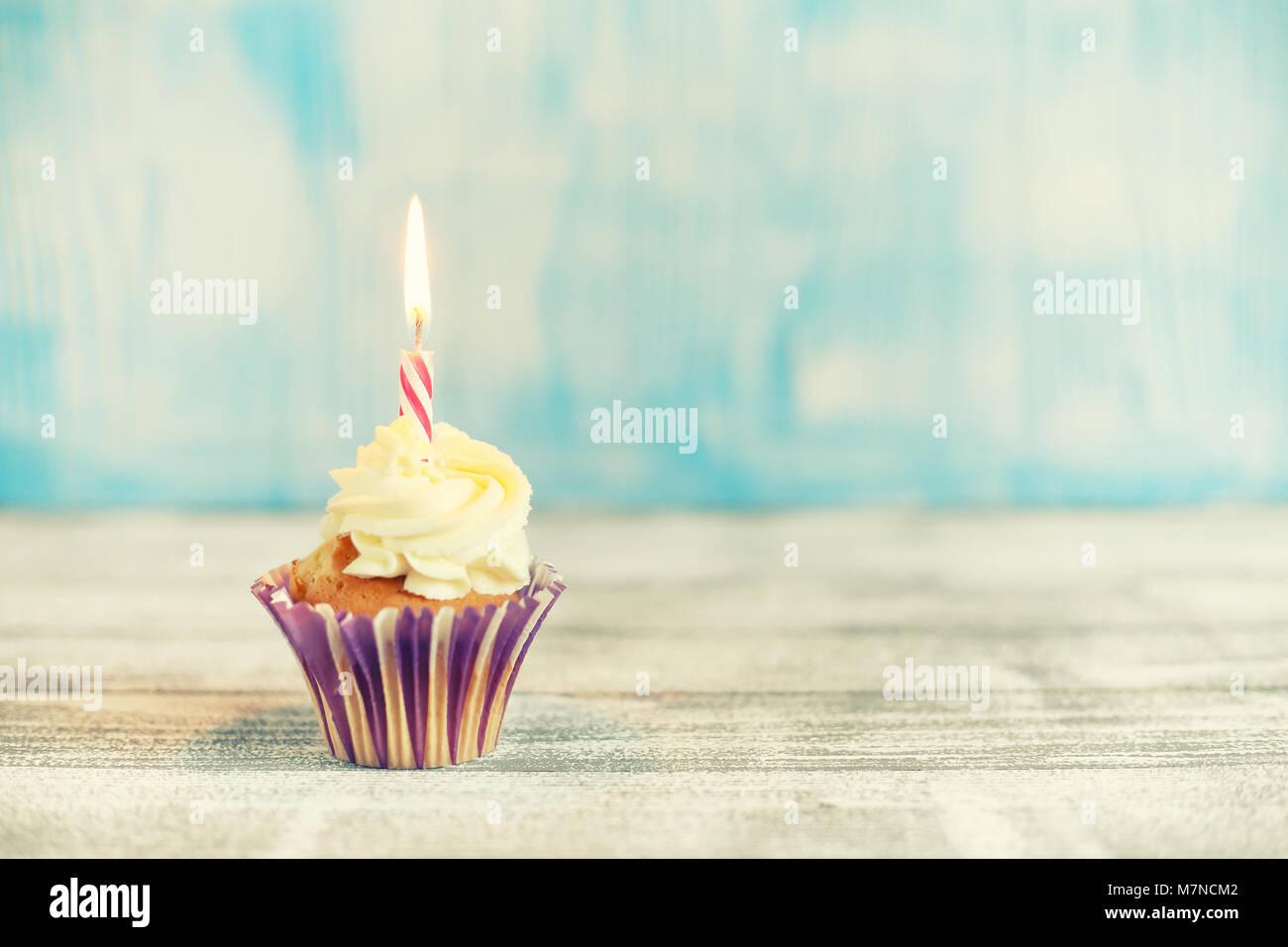 Festliche Cupcakes mit brennenden Kerzen Stockbild