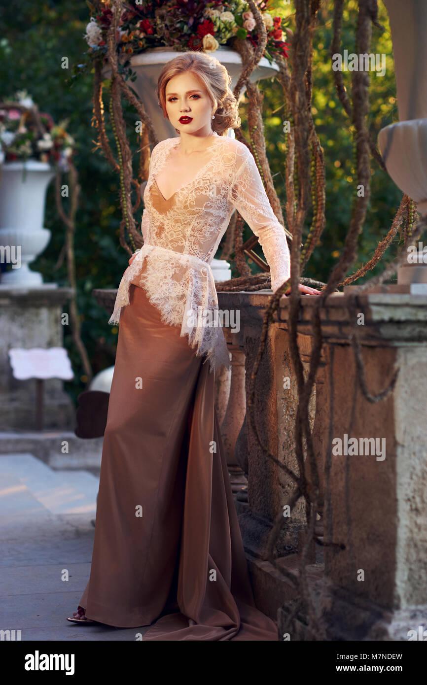 elegante weibliche modell trägt maxi kleid und weißen